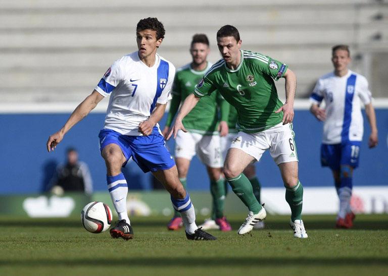 Nordirlands Abwehrspieler Chris Baird (2nd R) im Kampf mit Finnlands Mittelfeldspieler Roman Eremenko (L) (AFP PHOTO / MICHAEL COOPER)