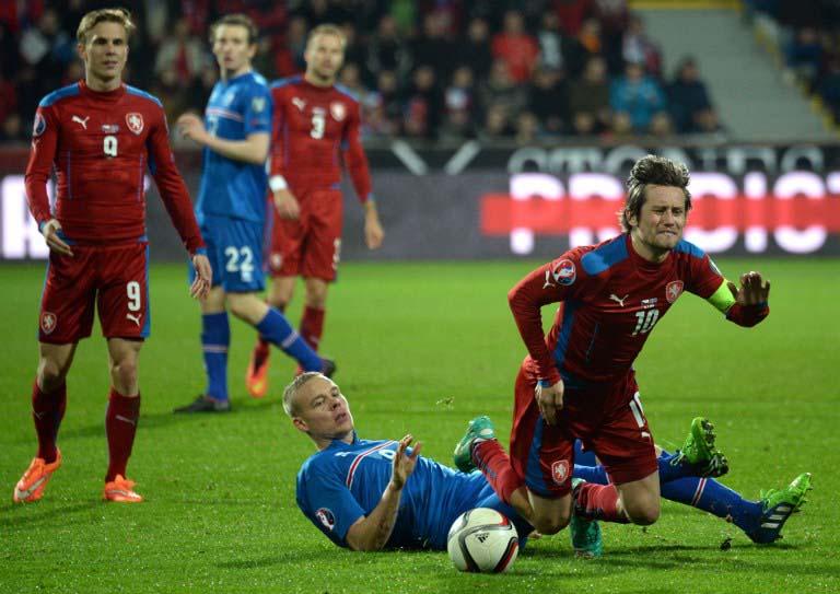 Tschechiens Tomas Rosicky (R) gegen Island's Kolbeinn Sigthorsson (2nd R) beim Spiel am 16.November 2014. Tschechien gewinnt mit 2:1. AFP PHOTO / MICHAL CIZEK