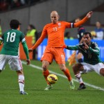 Netherlands' Arjen Robben (C) drives the ball past Mexico's players Mexico's Andres Guardado (L) and Mexico's Adrian Aldrete during the friendly football match betwenn the Netherlands and Mexico in Amsterdam, on November 12, 2014. AFP PHOTO / EMMANUEL DUNAND