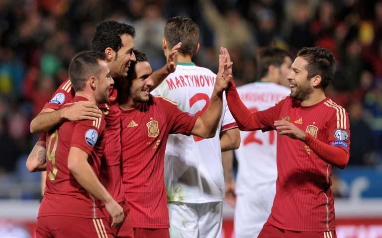 Spanien Mittelfeldspieler Sergio Busquets (2L) feiert gegen Weißrussland sein Tor (AFP PHOTO / CRISTINA QUICLER)