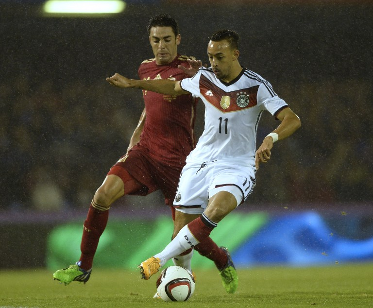 Karim Bellarabi beim Freundschaftsspiel gegen Spanien am 18.11.2014 im Zweikampf gegen Spaniens Mittelfeldspieler Bruno.