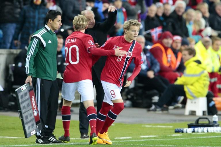 Norwegens jüngster Nationalspieler Martin Oedegaard (9) ersetzt Mats Moeller Daehli während des Euro 2016 Gruppe H Quali-Spiel Norwegen gegen Bulgarien am 13. Oktober 2014. AFP PHOTO