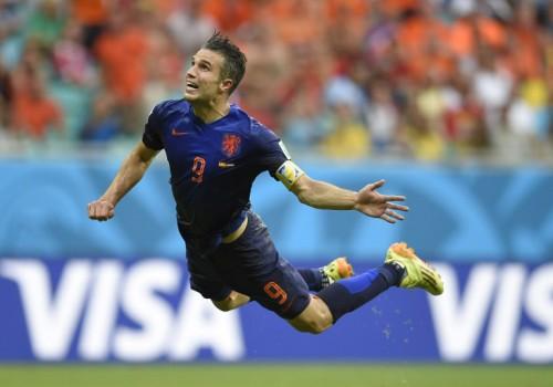 Hollands Stürmer Robin van Persie erzielt das 1:0 beim Gruppe B WM 2014 Auftaktspiel gegen Spanien in der Fonte Nova Arena in Salvador am 13.Juni 2014.   AFP PHOTO / LLUIS GENE