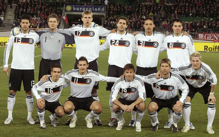 Die deutsche Fußballnationalmannschaft 2008 im weißen Heimtrikot. AFP PHOTO/DIETER NAGL