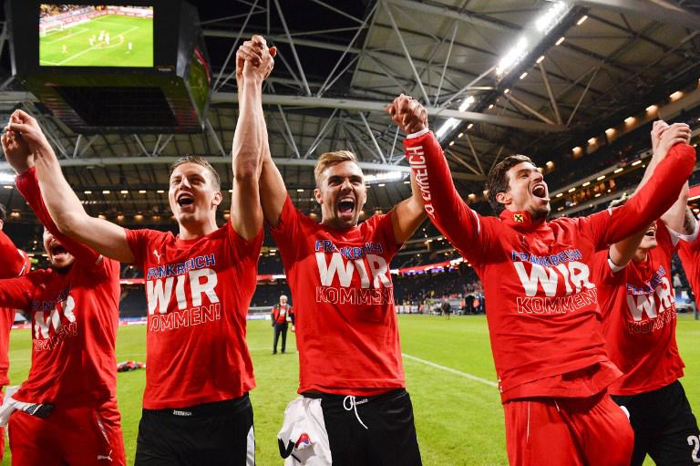 Österreichische Nationalspieler feiern nach dem Sieg gegen Schweden die Teilnahme an der Euro 2016. AFP PHOTO / JONATHAN NACKSTRAND