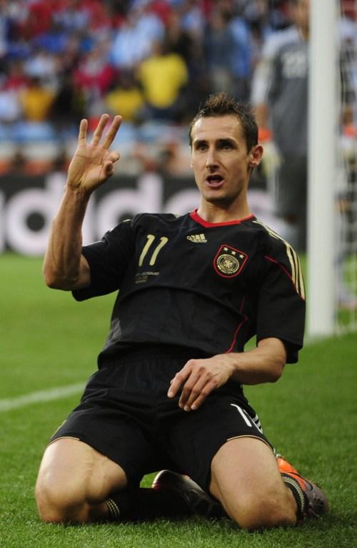 Miroslav Klose im schwarzen Away-Trikot in Südafrika 2010. AFP PHOTO / JOHN MACDOUGALL
