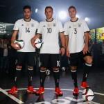 Emre Can, Lukas Podolski und Hector Jonas präsentieren das neue DFB-Trikot (FOTO ADIDAS)