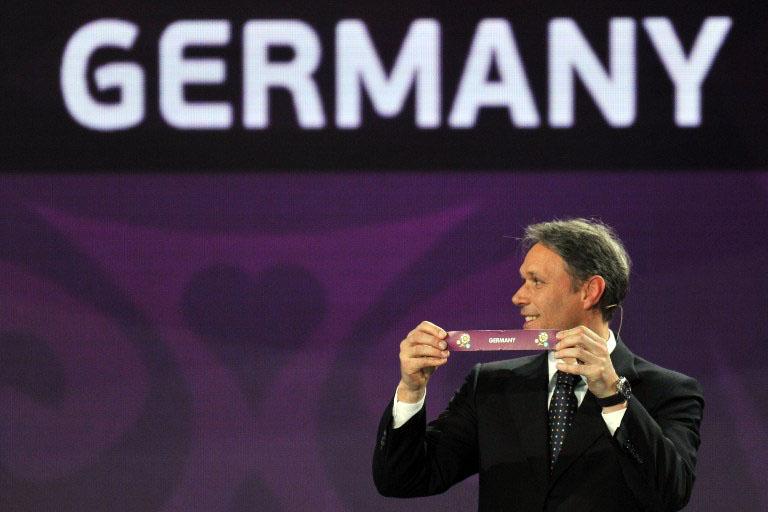 Die EURO 2016 Auslosung am 12.12.2015. Hier zieht Marco van Basten 2011 die deutsche Mannschaft für die EURO 2012. AFP PHOTO / SERGEI SUPINSKY / AFP / SERGEI SUPINSKY