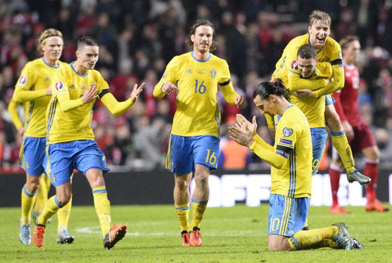 Kapitän Zlatan Ibrahimovic (R) feiert die EM 2016 Qualifikation nach seinem Tor gegen Dänemarl am 17.November 2015. AFP PHOTO / JONATHAN NACKSTRAND