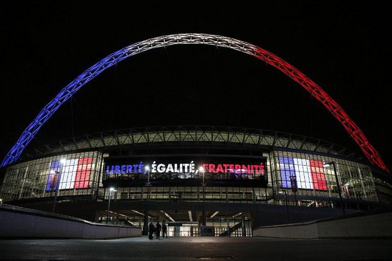 Der Bogen des Londoner Wembley Stadion erstrahlt in den Farben Frankreichs am 16.November 2015. AFP PHOTO / ADRIAN DENNIS / AFP / ADRIAN DENNIS