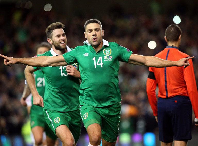 Irland's Stürmer Jonathan Walters (C) wurde mit seinen zwei Toren zum Matchwinner beim entscheidenen Playoff-Spiel gegen Bosnien am 16.November 2015.  AFP PHOTO / PAUL FAITH