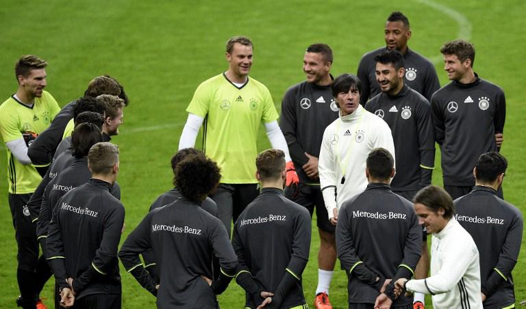 Bundestrainer Joachim Löw spricht zu seinem Team während des Trainings im Stade de France in Saint-Denis am 12.November 2015 vor dem Länderspiel gegen Frankreich. AFP PHOTO / FRANCK FIFE