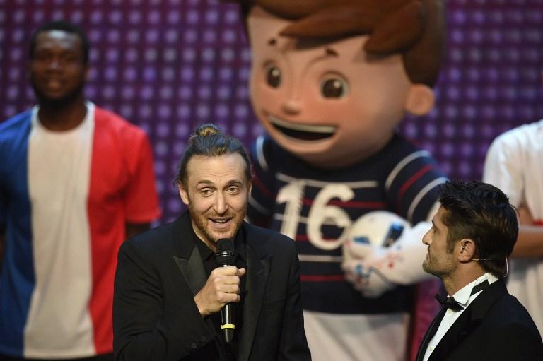 David Guetta mit dem ehemaligem Nationalspieler Bixente Lizarazu bei der EM-Auslosung in Paris am 12.Dezember 2015. AFP PHOTO / FRANCK FIFE / AFP / FRANCK FIFE