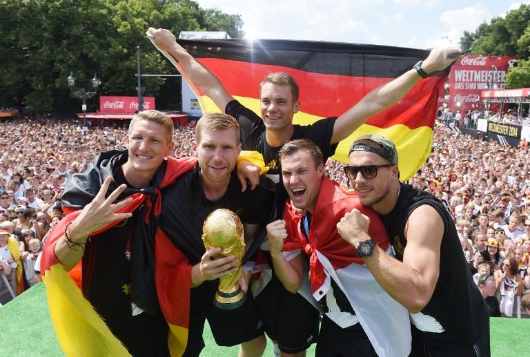 (L-R) Bastian Schweinsteiger,Per Mertesacker,Manuel Neuer, Kevin Grosskreutzund Lukas Podolski bei der Siegesfeier am 15.Juli 2014 am Brandenburger Tor - mehr als 1 Mio. Menschen jubelten dem Weltmeister zu. AFP PHOTO / POOL/ MARKUS GILLIAR