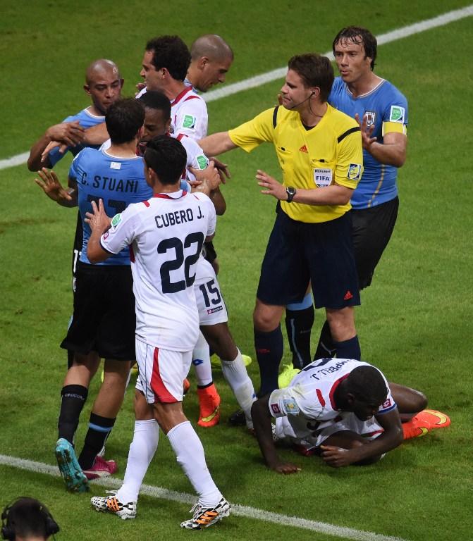Der deutsche Schiedsrichter Felix Brych beim WM 2014 Spiel Uruguay (blau) gegen Costa Rica im Castelao Stadium in Fortaleza am 14. Juni 2014. AFP PHOTO / CHRISTOPHE SIMON / AFP / CHRISTOPHE SIMON