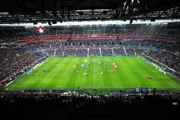 Foto von der Eröffnungsfeier am 9.Januar 2016 vor dem Fußballspiel zwischen Olympique Lyonnais (OL) und Troyes. AFP PHOTO / JEAN-PHILIPPE KSIAZEK / AFP / JEAN-PHILIPPE KSIAZEK
