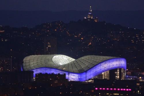 Velodrome Stadium von Marseille, Süd-Frankreich. The Stade Velodrome mit Platz für 67.000 Zuschauer. Die Notre-Dame-de-la-Garde Basilica im Hintergrund. AFP PHOTO / BORIS HORVAT