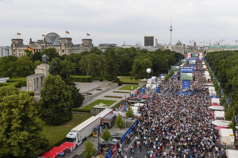 Public Viewing am 16.Juni 2014 in Berlin - am Brandenburger Tor und am Reichstag in Berlin - auch zur Fußball EM 2016 findet das größte Public Viewing in Deutschland wieder statt! AFP PHOTO / CLEMENS BILAN