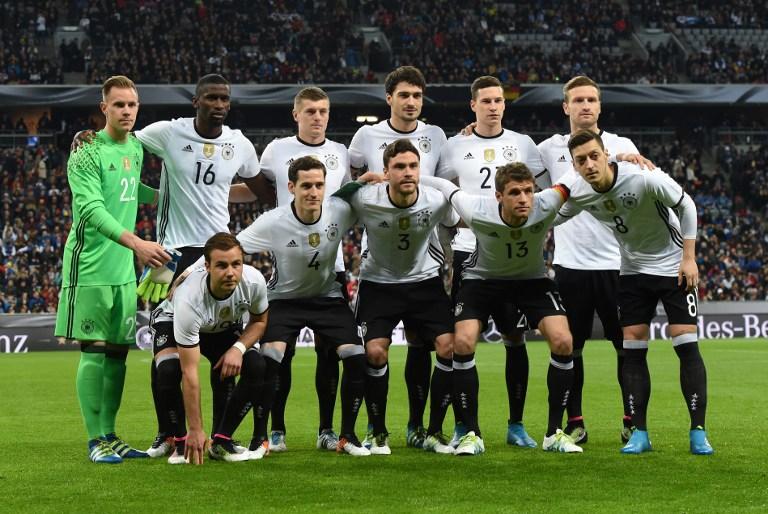 Deutschlands Startaufstellung im neuen DFB-Heimtrikot 2016 / AFP / CHRISTOF STACHE