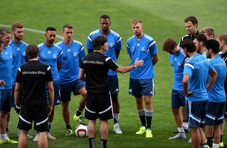 Bundestrainer Jogi Löw und die Nationalspieler im blauen Trainingsanzug im Algarve stadium in Faro am 12.Juni 2015, einen Tag vor dem Spiel gegen Gibraltar. AFP PHOTO/ FRANCISCO LEONG