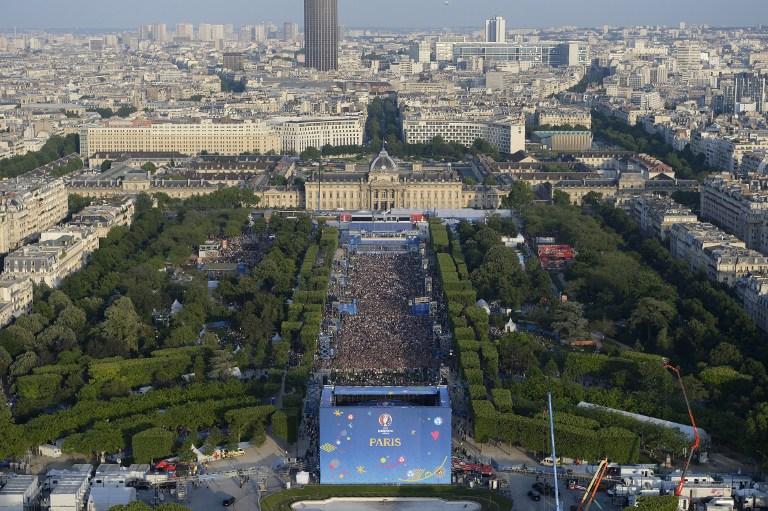 Einen Tag vor der Eröffnung der EM 2016 ist dieses Bild entstanden: die Paris fan zone vor der Champs de Mars in Paris. AFP PHOTO / ALAIN JOCARD