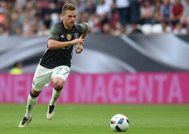 DFB-Mittelfeldspieler Joshua Kimmich beim Freundschaftsspiel gegen Slowakei in Augsburg, am 29.05. 2016. / AFP PHOTO / CHRISTOF STACHE