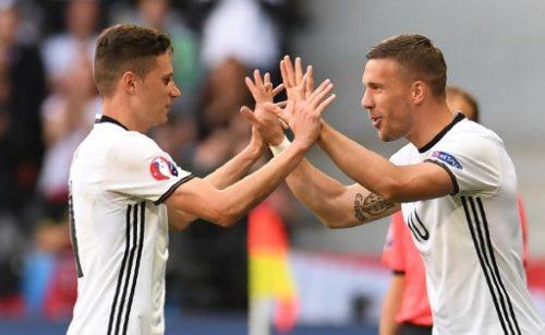 Lukas Podolski (R) wird für Julian Draxler beim 3:0 Sieg über die Slowakei eingewechselt. / AFP PHOTO / PATRIK STOLLARZ